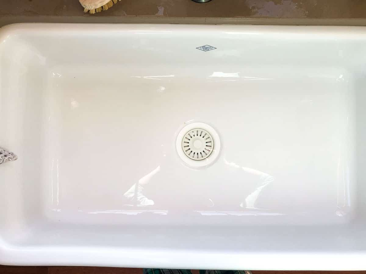 clean fireclay farmhouse sink
